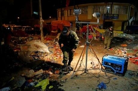 Polícia inspeciona o local da explosão, na Bolívia