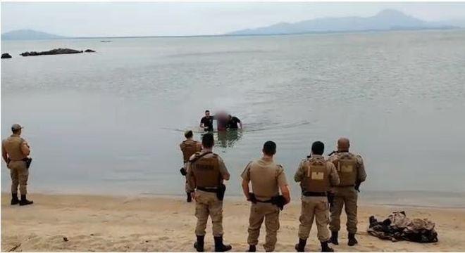 Jovem é capturado por policias militares em Florianópolis
