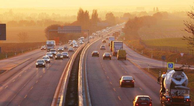 Segundo o Departamento de Transportes, não há planos para mudar a forma de dirigir no Reino Unido