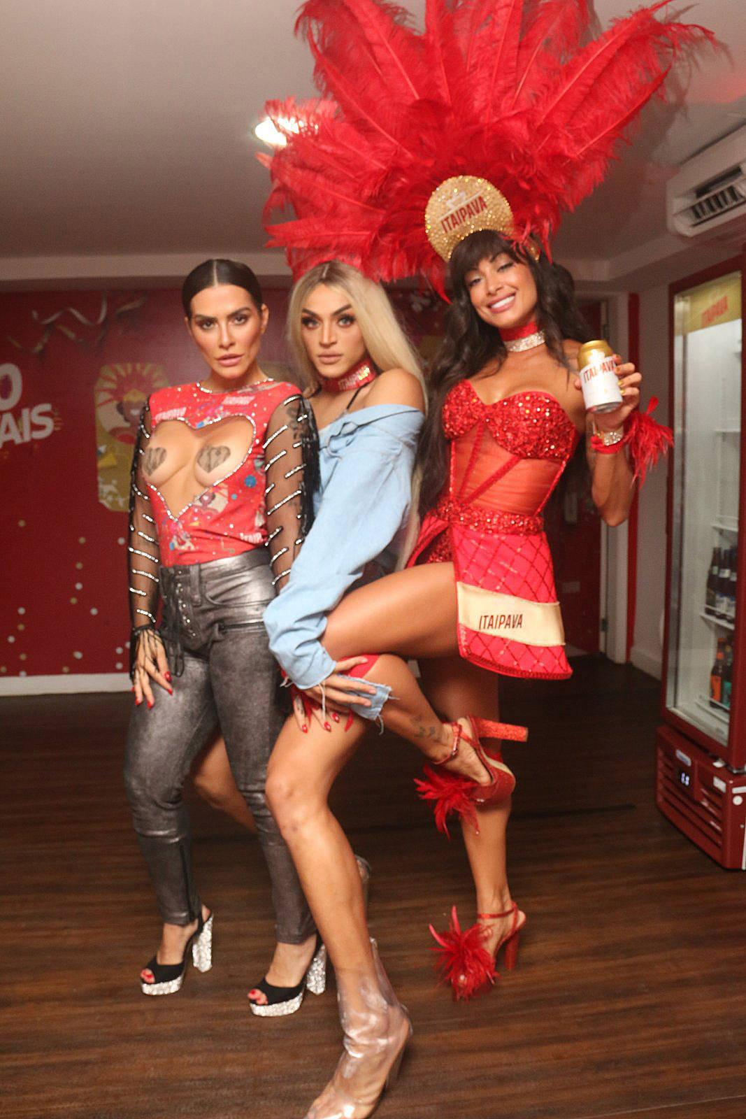 Pabllo Vittar e Cleo Pires sensualizam em camarote no Rio