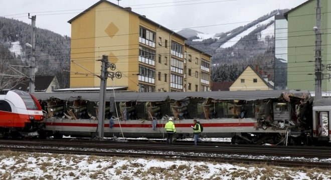 Os dois trens se chocaram perto da estação de Niklasdorf