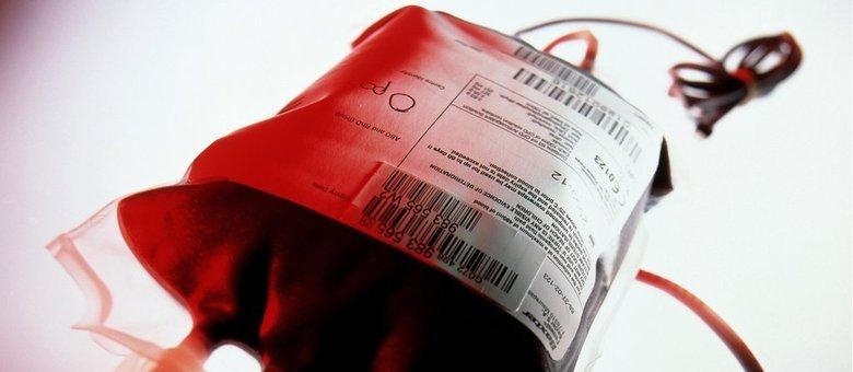 A empresa Ambrosia, com laboratório na Califórnia e na Flórida, usa material de bancos de sangues de hospitais especializados em trauma e cobra US$ 8 mil