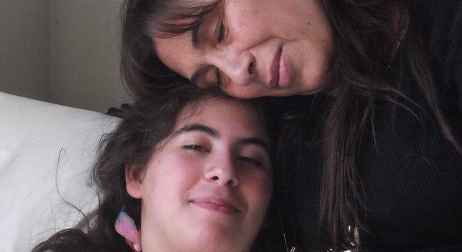 A mãe (acima) e a irmã de Paula começaram a campanha nas redes sociais para dar visibilidade ao caso