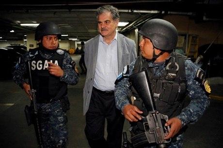Fuentes e ex-presidente Colom foram presos na terça (12)