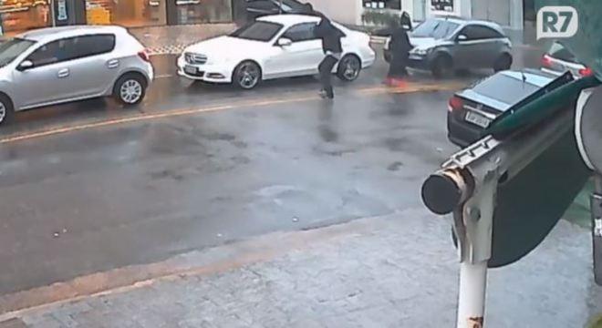 Mercedes-Benz foi atingida com 30 disparos