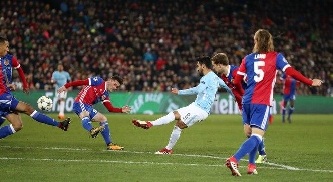 Ilkay Gundogan acertou um belo chute para marcar o quarto gol da vitória do City