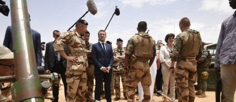 Presidente francês, Emmanuel Macron visitou seus soldados na região