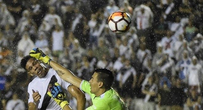 Paulinho trombou com goleiro para marcar segundo gol do Vasco em São Januário