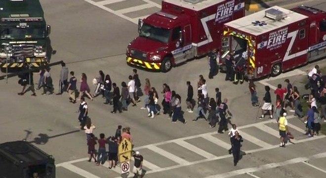 Estudantes deixam o prédio da escola Marjorie Stoneman Douglas após o tiroteio