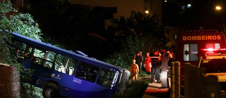Acidente com ônibus mata 5 em BH