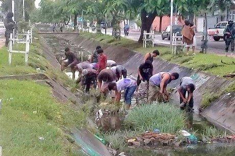 Bolivianos presos limpando os canais na região de Santa Cruz