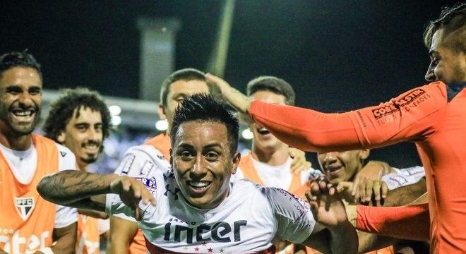 Cueva marcou de pênalti e garantiu a vitória do São Paulo sobre o CSA, em Maceió