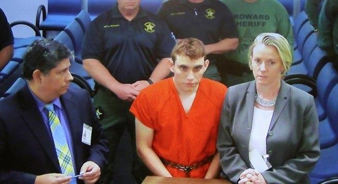 Nikolas Cruz no tribunal, onde foi formalmente acusado de 17 assassinatos premeditados