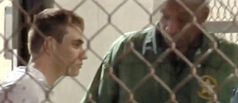 Cruz se rendeu à polícia sem resistência e foi preso com munição e um rifle AR-15