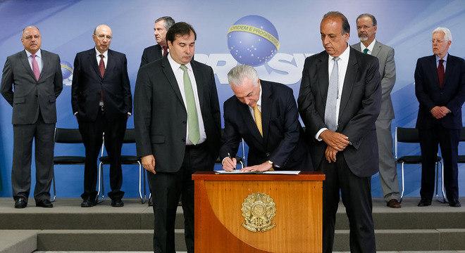 Temer assina intervenção no Rio ao lado do governo Luiz Fernando Pezão (d) e autoridades