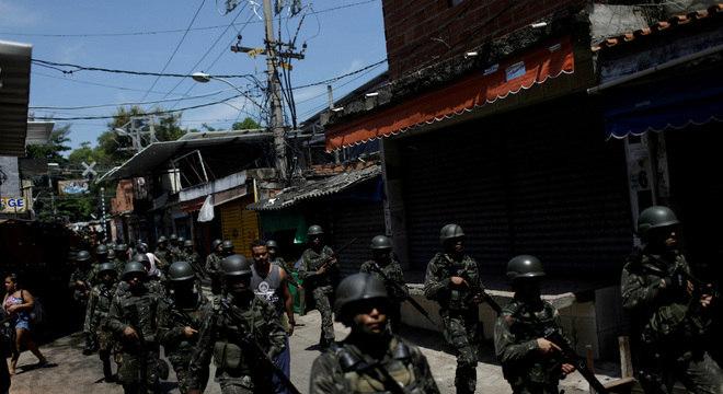 Militares marcham durante intervenção militar no Rio de Janeiro