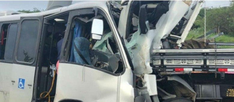 Veículos colidiram frontalmente na altura do município de Manoel Vitorino, na Bahia