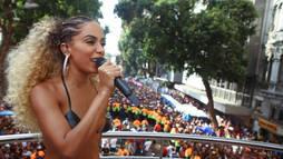 Anitta interrompe festa e dá bronca em rapaz que furtou celular em bloco no Rio ()