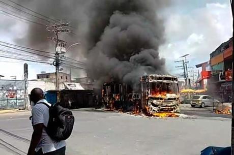 O ônibus foi incendiado na manhã de domingo (18) c1a70aefbf735