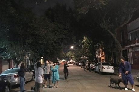 Moradores da Cidade do México vão às ruas após terremoto