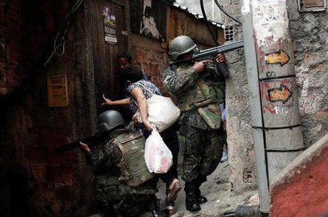 Soldados fazem patrulha na Rocinha em setembro passado