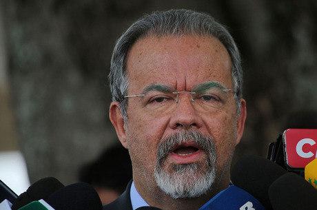 Governo vai pedir autorização da Justiça para liberar mandados coletivos, disse Jungmann hoje