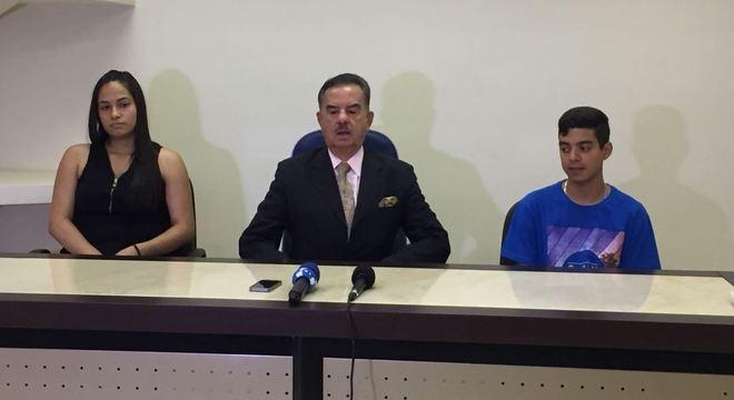 Ana Caroline Silva e Leonardo Lira junto com o advogado Ademar Gomes