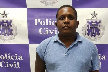 Ao ser detido, ele estava em posse de uma pistola 380 e dois carros
