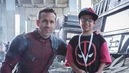 Ryan Reynolds recebe crianças com câncer no set de _Deadpool_ e rebate críticas ()