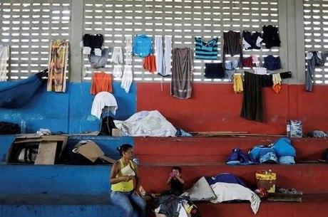 Mãe e filho em ginásio de Boa Vista transformado em abrigo