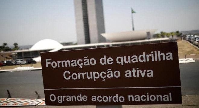 Placa de protesto contra a corrupção em frente ao Congresso, em Brasília