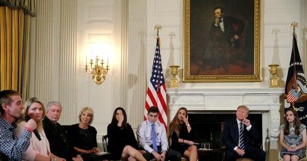 Trump recebe familiares de vítimas e sugere que professores usem armas