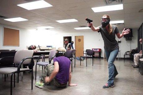 Professores em treinamento para reagir contra atiradores em escolas