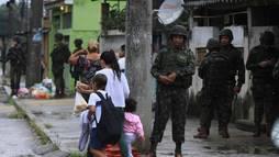 Polícias e Forças Armadas realizam operação na Vila Kennedy, no Rio de Janeiro ()