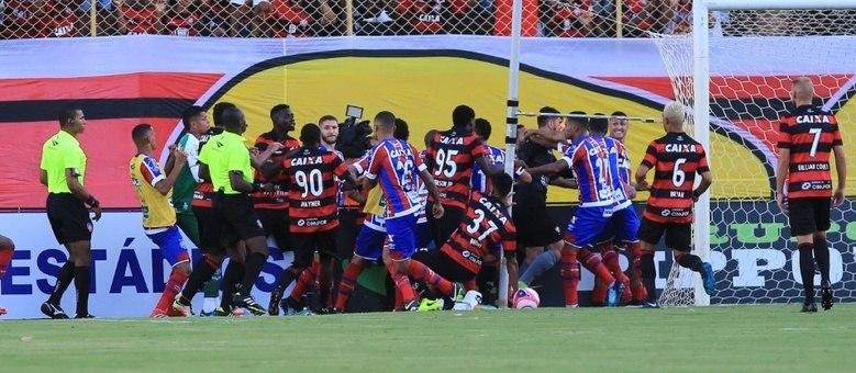A briga se originou após a comemoração de gol do meia tricolor Vinicius