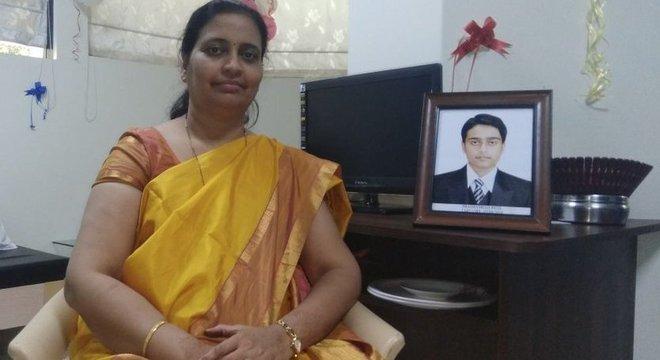 Rajashree Patil ao lado do porta-retrato do seu filho, Prathamesh.