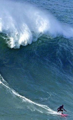 Maya Gabeira surfou onda de cerca de 24 metros de altura