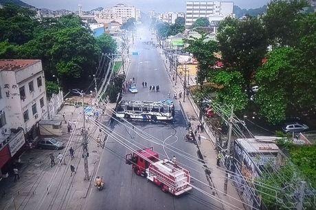 Ônibus ficou completamente destruído pelo fogo