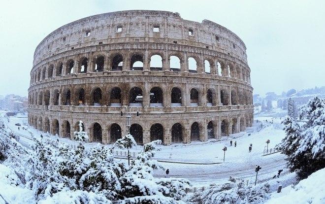 Uma forte nevasca atingiu na madrugada desta segunda-feira (26) a cidade de Roma, na Itália, e os monumentos mais famosos da região amanheceram 'pintados' de branco. A onda de frio, que recebeu o nome de 'Burian' teve início no domingo (25) e foi registrada em diversas regiões da Itália