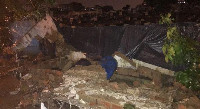 Força da água derrubou muro de cemitério em Duque de Caxias