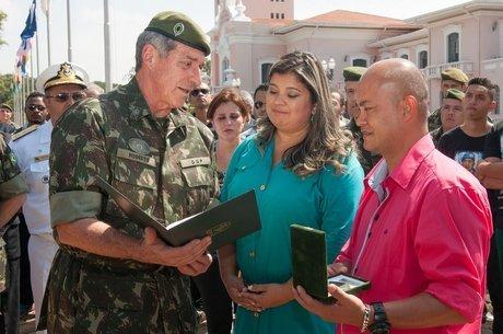 Michele e seu marido recebem condecoração póstuma