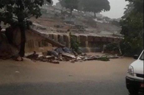 Nível da água subiu e derrubou muro de cemitério