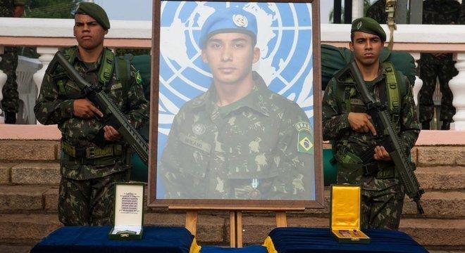 Condecoração póstuma do cabo Mikami, morto durante ação na Maré em 2014