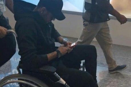 Neymar chega ao Rio de Janeiro de cadeira de rodas