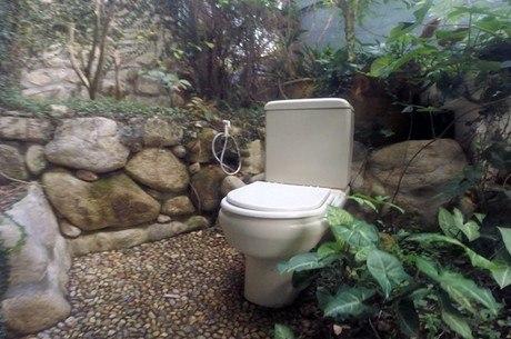 Vaso sanitário ao lar livre é uma das atrações da casa