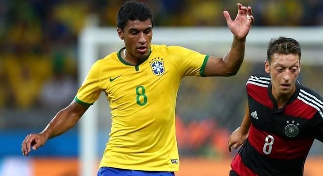 a97fb10f6d Paulinho marca o alemão Özil na fatídica semifinal da Copa de 2014