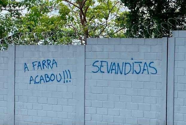 21.11.19 - Impacientes, torcedores do Cruzeiro picham muro do CT. O uso da palavra