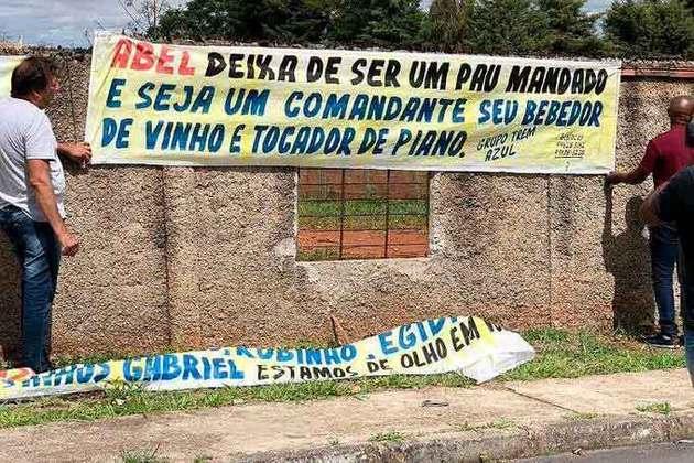 22.11.19 - No dia seguinte, faixas criticavam Abel Braga e os medalhões do clube.
