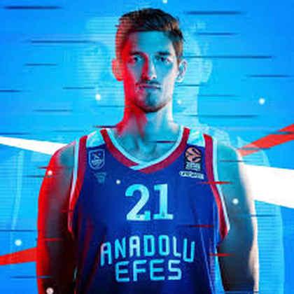 23- Tibor Pleiss (2,21 metros) - O alemão, trigésima primeira escolha do draft de 2010, atuou em apenas 12 partidas na NBA. O pivô estreou na liga em 2015-16 e ficou por ali, com médias de 2.0 pontos, 1.3 rebote. Hoje, ele está no Anadolu Efes, da Turquia
