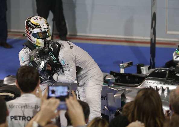 24 - Após uma intensa batalha contra Nico Rosberg, seu companheiro de equipe, Lewis Hamilton venceu o GP do Bahrein de 2014